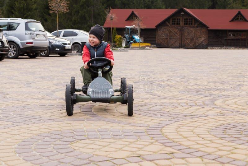 Jongen die een stuk speelgoed auto berijden royalty-vrije stock foto's