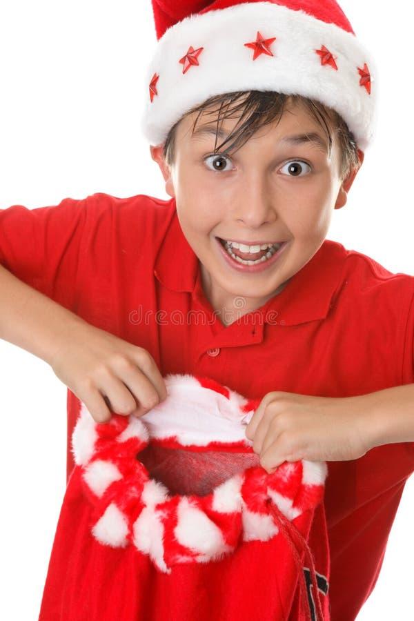 Jongen die een stuk speelgoed zak houdt stock afbeelding