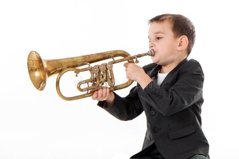 Jongen die in een trompet blazen royalty-vrije stock foto