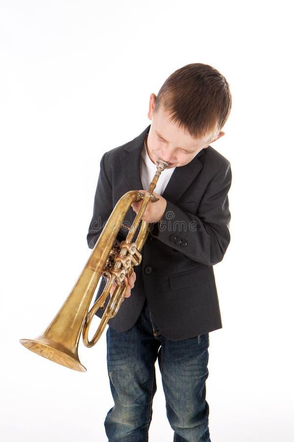 Jongen die in een trompet blazen royalty-vrije stock fotografie