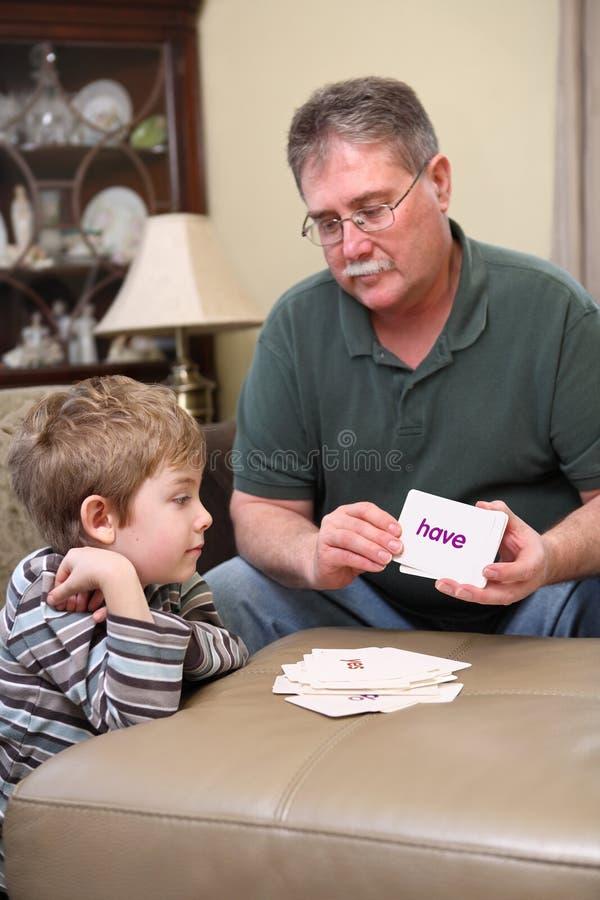 Jongen die flitskaarten bestudeert royalty-vrije stock foto's