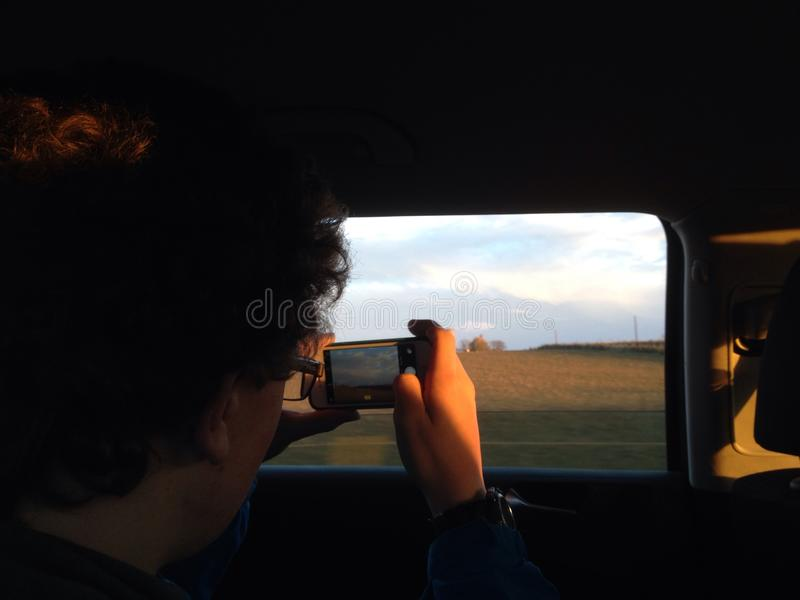 Jongen die foto neemt stock fotografie