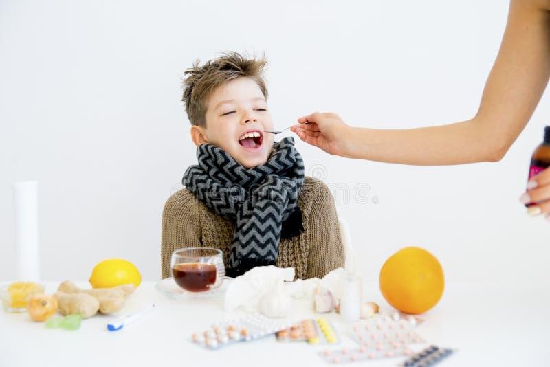 Jongen die griep hebben stock afbeelding
