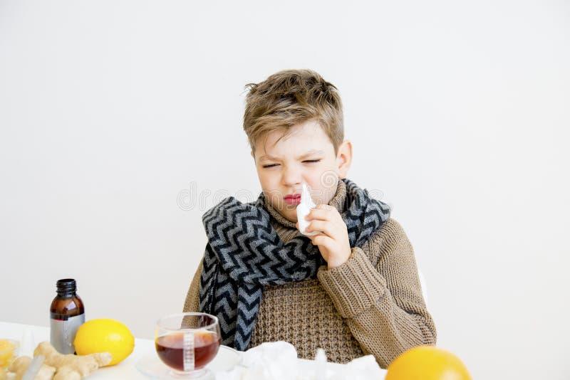 Jongen die griep hebben stock foto's