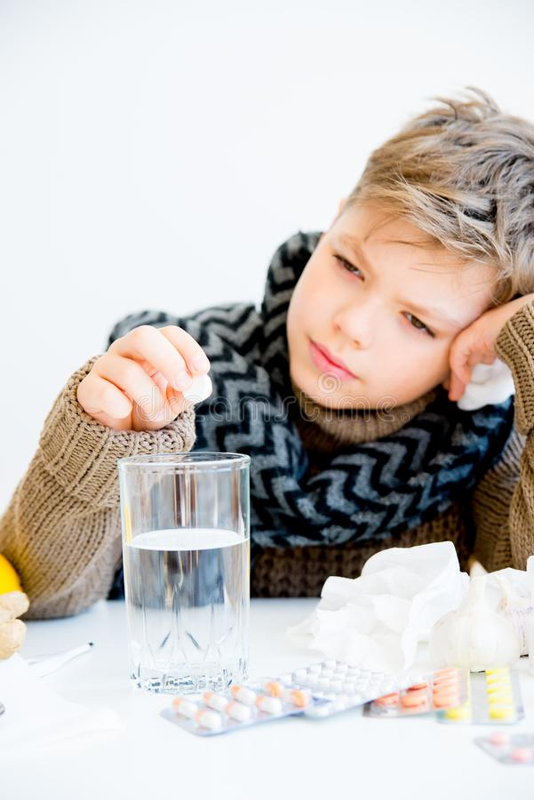 Jongen die griep hebben stock afbeeldingen