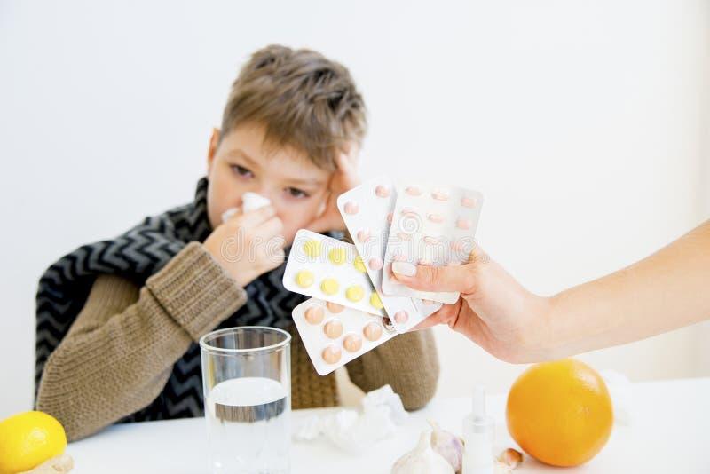 Jongen die griep hebben stock foto