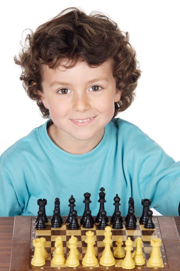 Jongen die het schaak speelt royalty-vrije stock afbeeldingen