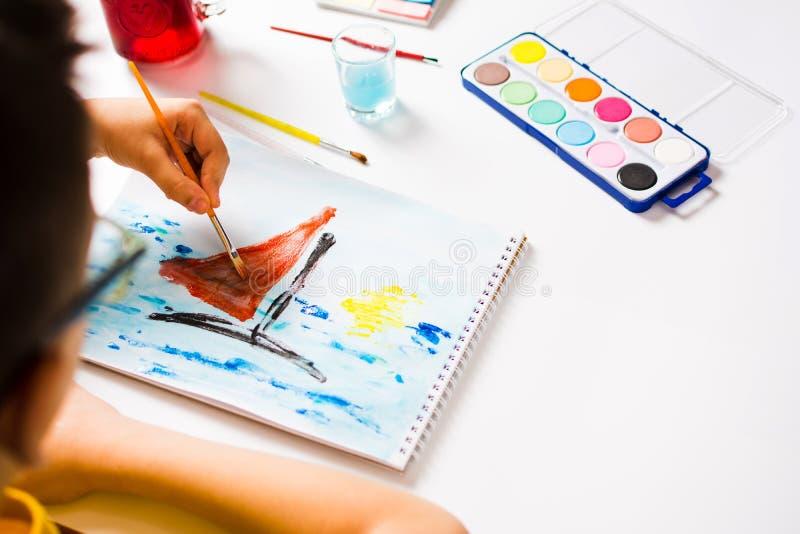 Jongen die het schilderen van een boot maken royalty-vrije stock afbeelding