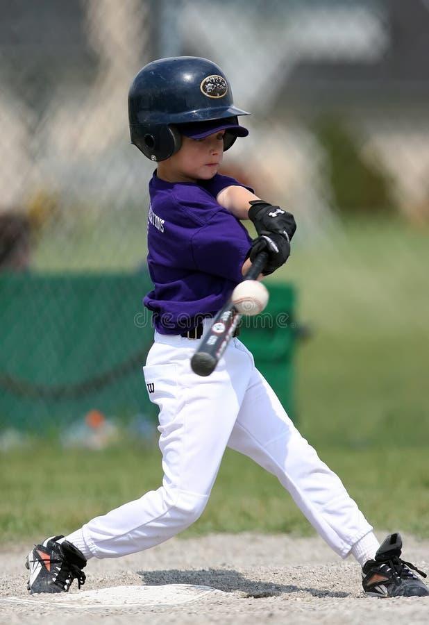 Jongen die honkbal raakt stock foto's