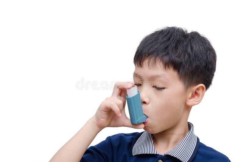 Jongen die inhaleertoestel voor astma met behulp van stock afbeeldingen