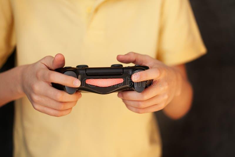 Jongen die joystick vasthoudt en videospelletje speelt, Resting At Home royalty-vrije stock afbeelding
