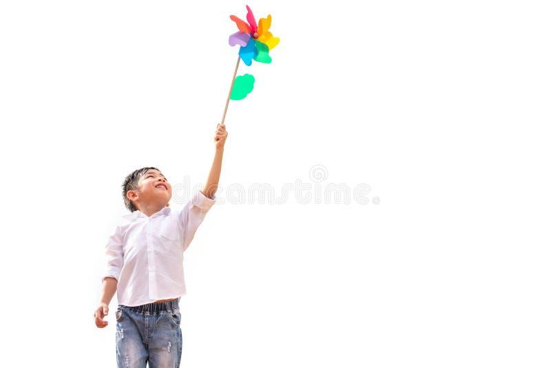 Jongen die kleurrijk vuurrad in winderig in openlucht houden bij Kinderenportret en jonge geitjes die thema spelen Ge?soleerdj op stock foto's