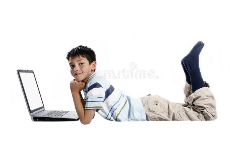 Jongen die laptop met behulp van stock afbeeldingen