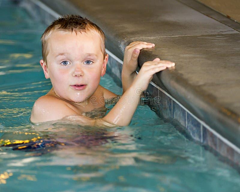 Jongen die leren hoe te zwemmen stock foto