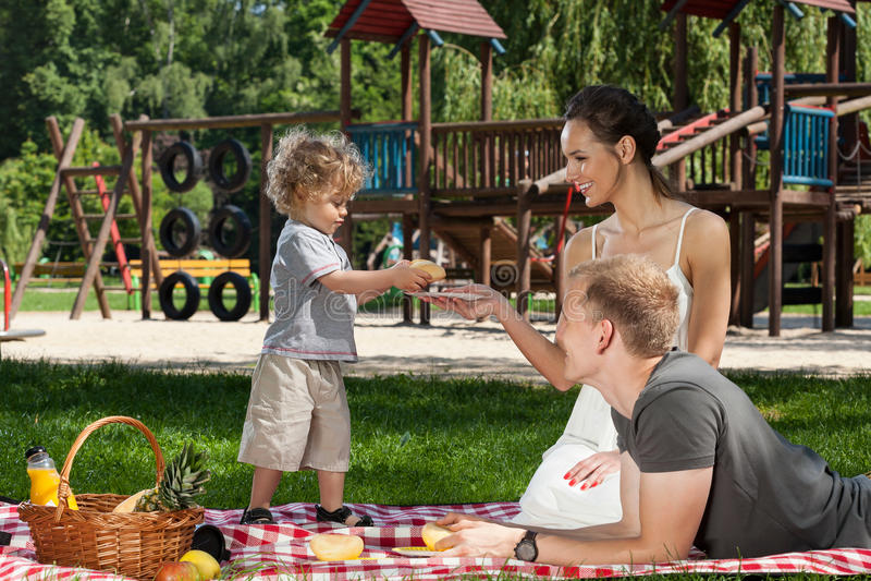 Jongen die mamma een broodje geven stock afbeeldingen