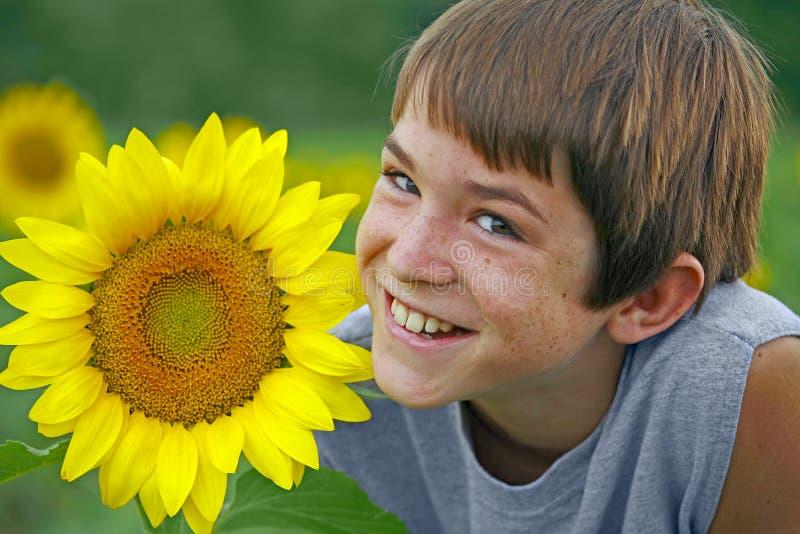 Jongen die met een Bloem glimlacht royalty-vrije stock foto
