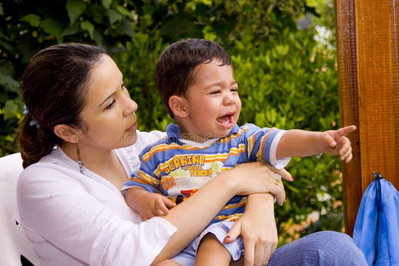 Jongen die met mamma schreeuwt royalty-vrije stock fotografie