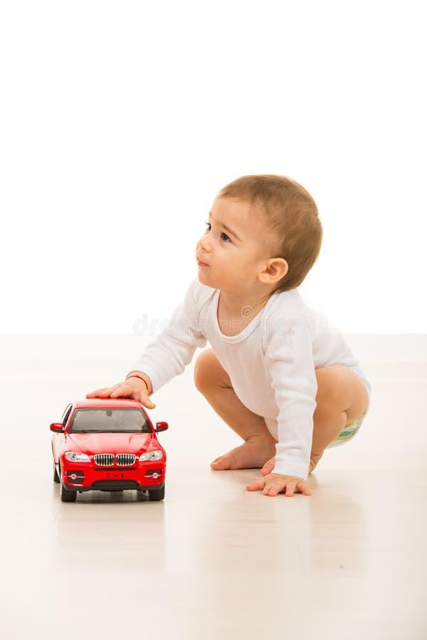 Jongen die met stuk speelgoed auto weg kijken royalty-vrije stock afbeelding
