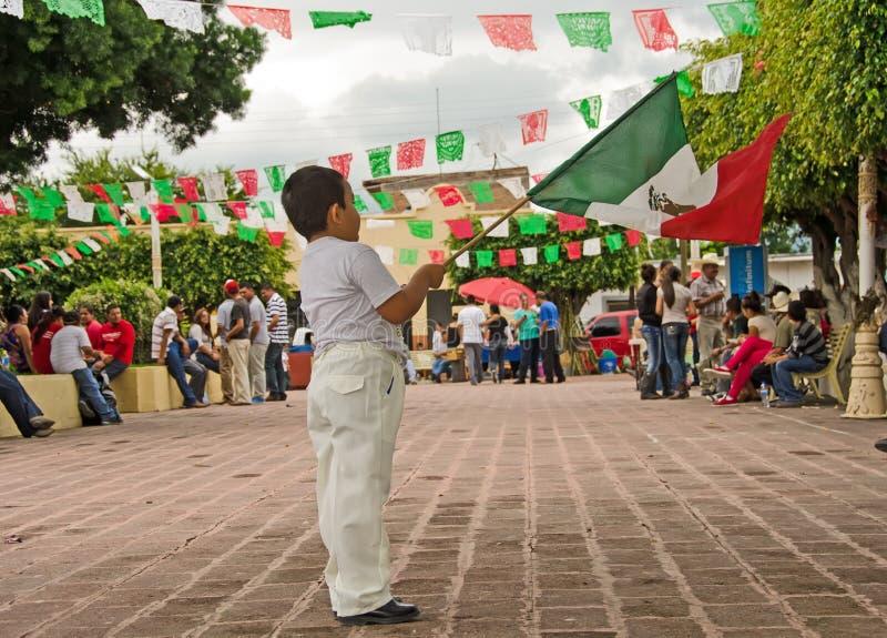 Jongen die Mexicaanse vlag golven stock foto