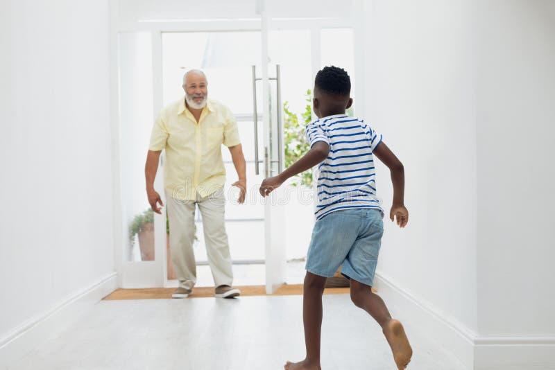 Jongen die naar grootvader lopen royalty-vrije stock afbeelding