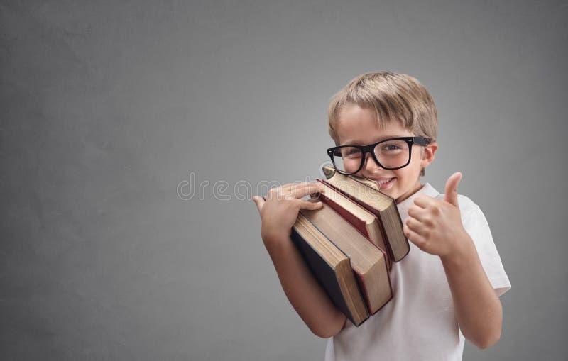 Jongen die naar school terugkeert stock fotografie
