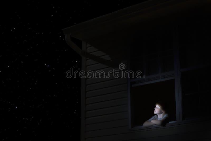Jongen die Nachthemel bekijken stock afbeelding