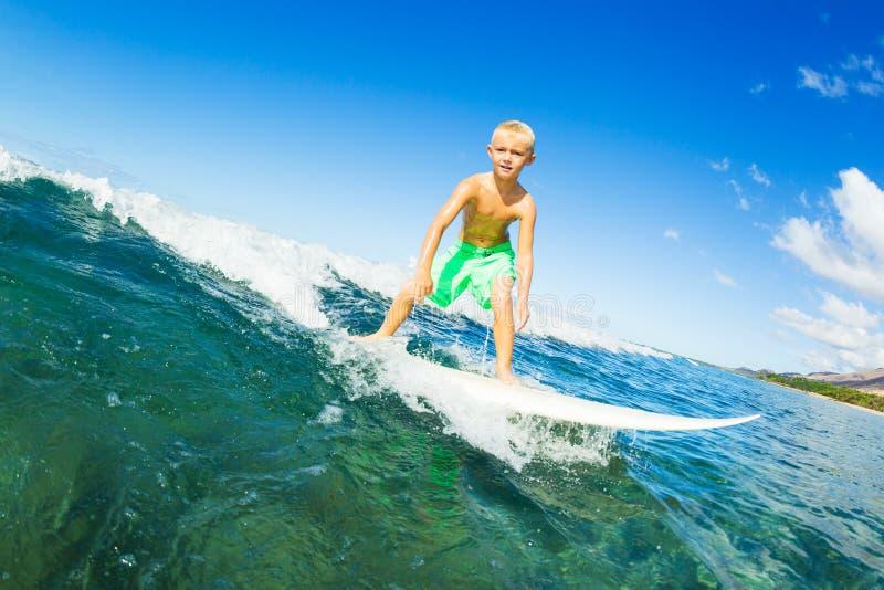 Jongen die Oceaangolf surfen royalty-vrije stock foto