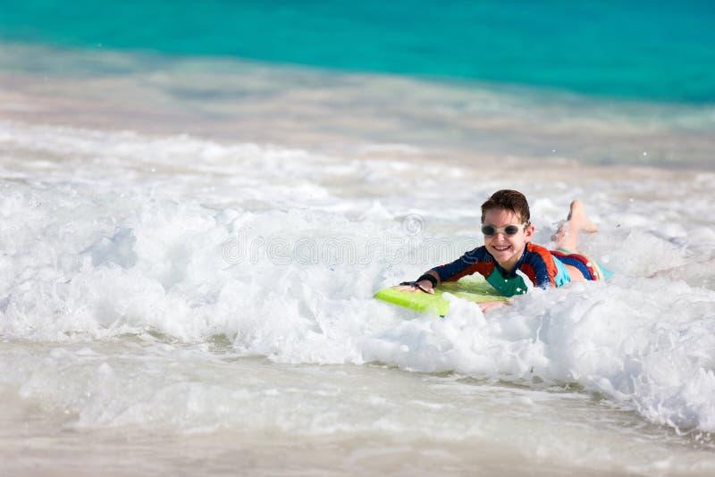 Jongen die op boogieraad zwemmen royalty-vrije stock foto