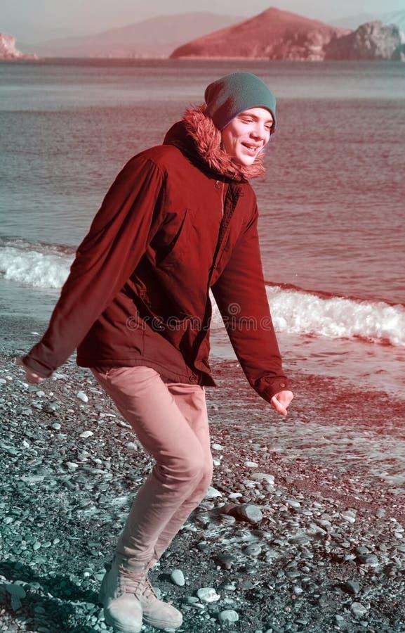 Jongen die op het strand loopt stock foto's