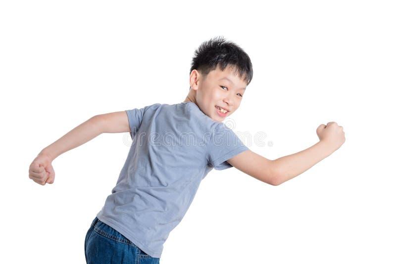 Jongen die over witte achtergrond lopen stock fotografie