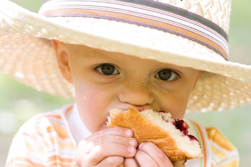 Jongen die pastei eet royalty-vrije stock foto