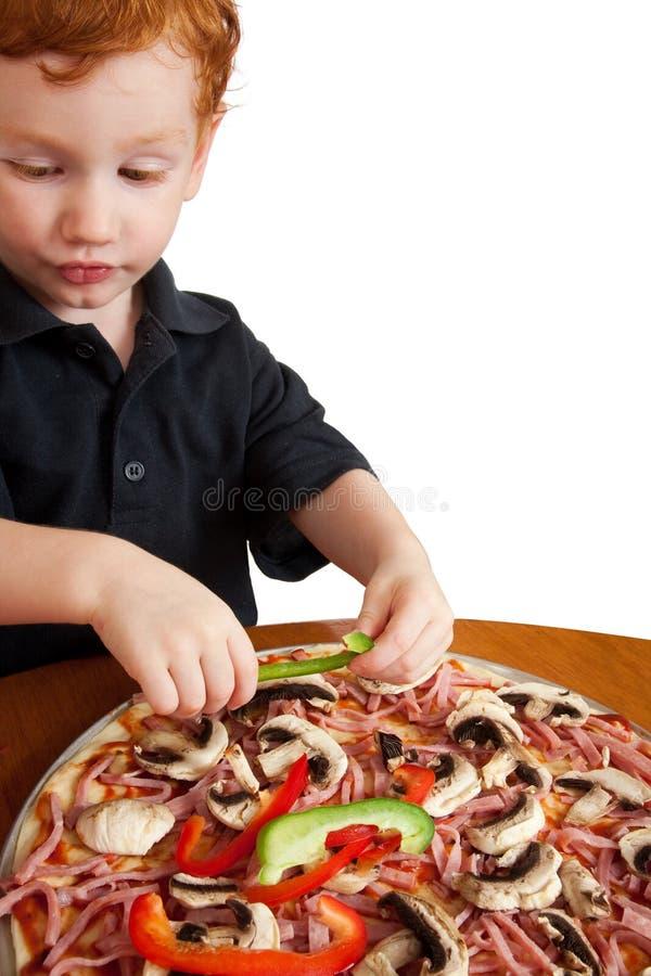 Jongen die pizza maakt royalty-vrije stock afbeelding