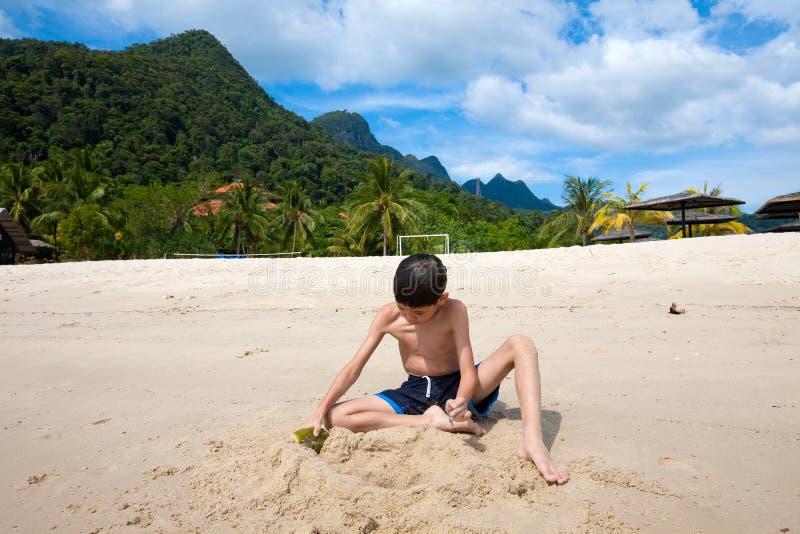 Jongen die pret hebben die in openlucht in het zand door het strand in tropisch eiland spelen royalty-vrije stock afbeeldingen