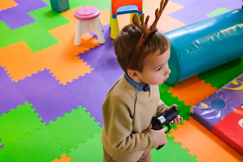 Jongen die pret in jonge geitjespretpark en binnenspelcentrum hebben Kind het spelen met kleurrijk speelgoed in speelplaats royalty-vrije stock afbeeldingen