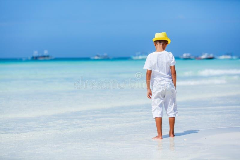 Jongen die pret op tropisch oceaanstrand hebben Jong geitje tijdens familie overzeese vakantie stock afbeeldingen