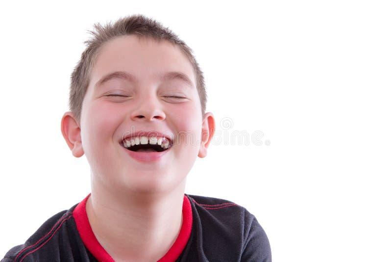 Jongen die in Rode en Zwarte T-shirt vreugdevol lachen royalty-vrije stock foto