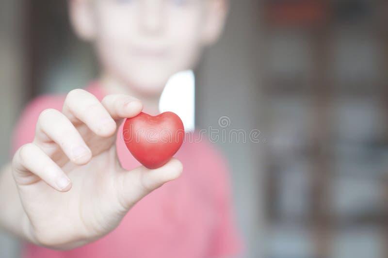 Jongen die rode hartvorm houden royalty-vrije stock fotografie