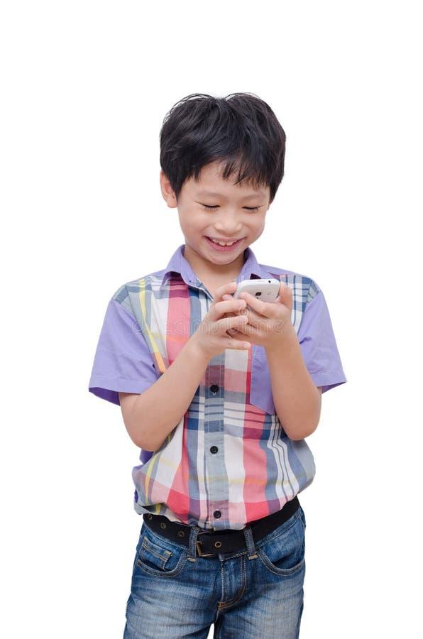 Jongen die slimme telefoon over wit met behulp van stock foto's