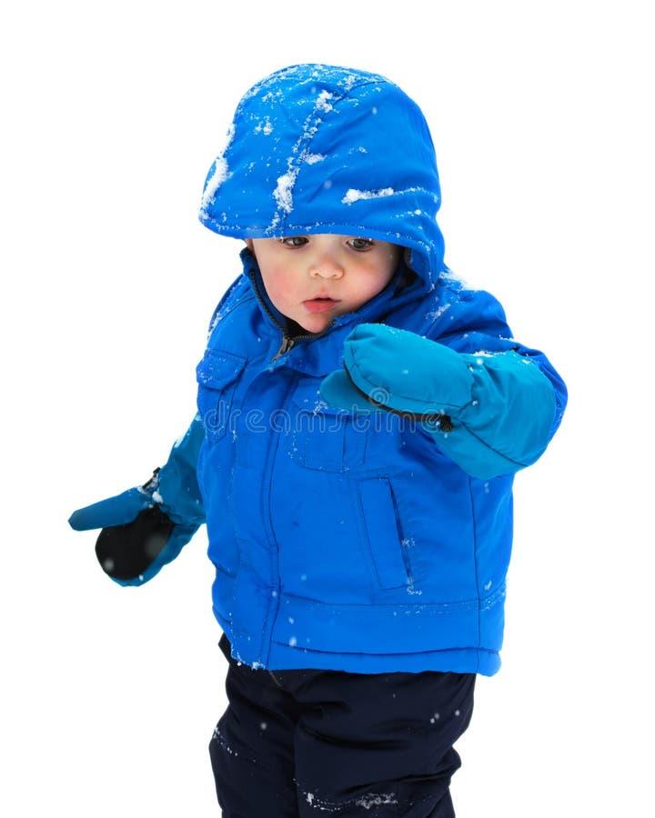 Jongen die Sneeuw op Zijn Geïsoleerde Handschoen - kijken royalty-vrije stock afbeeldingen