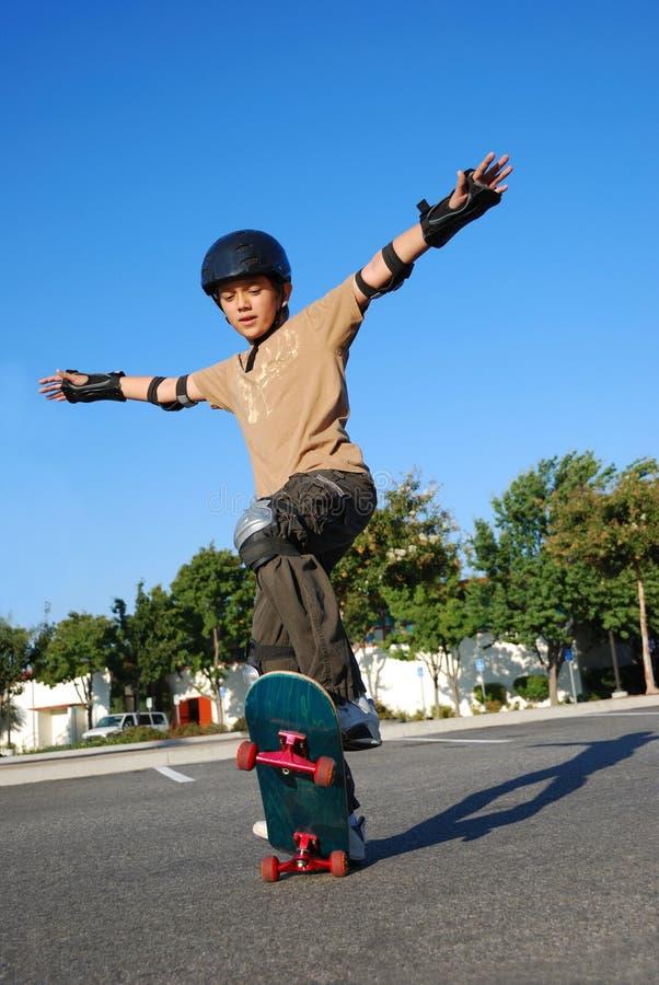 Jongen die Stunts op Skateboard doet stock afbeeldingen