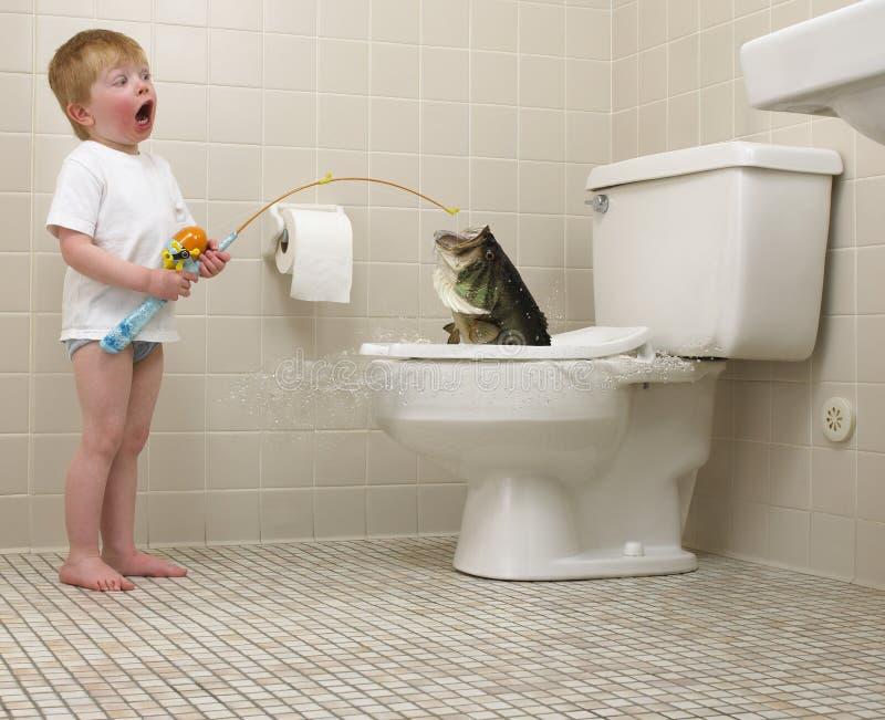 Jongen Die In Toilet Vist Royalty-vrije Stock Foto's