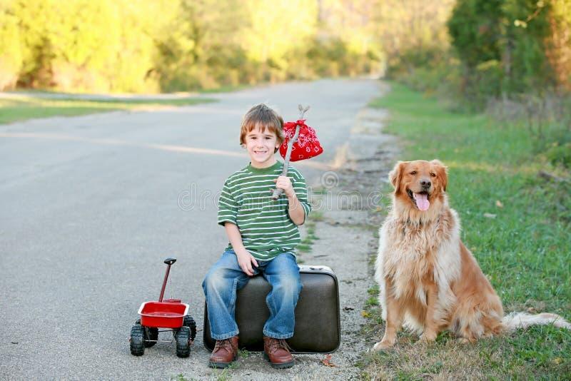 Jongen die vanaf Huis reist stock afbeelding