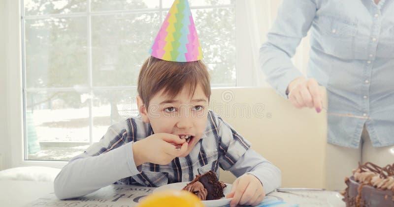 Jongen die Verjaardagscake eten royalty-vrije stock fotografie