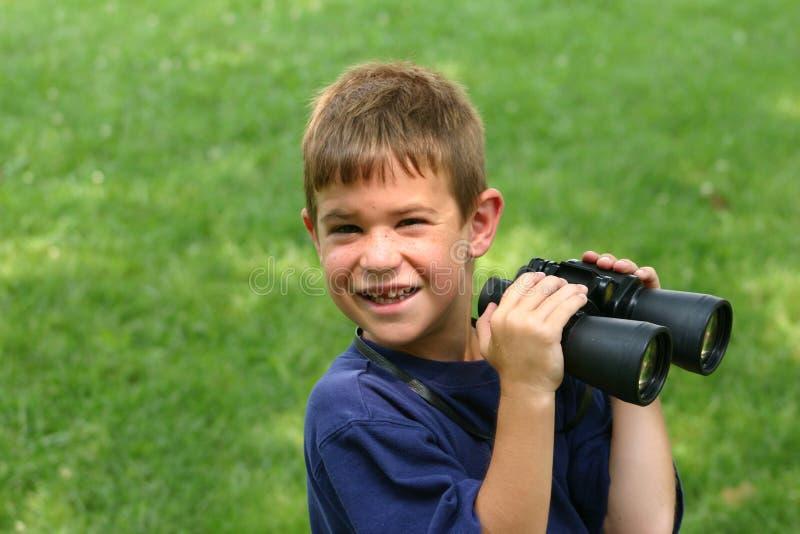 Jongen die Verrekijkers met behulp van royalty-vrije stock foto's