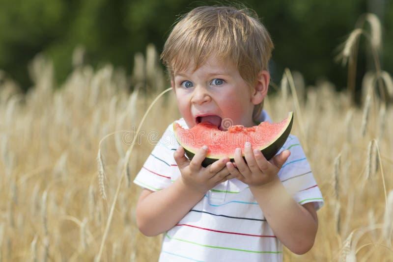 Jongen die Watermeloen eten royalty-vrije stock fotografie