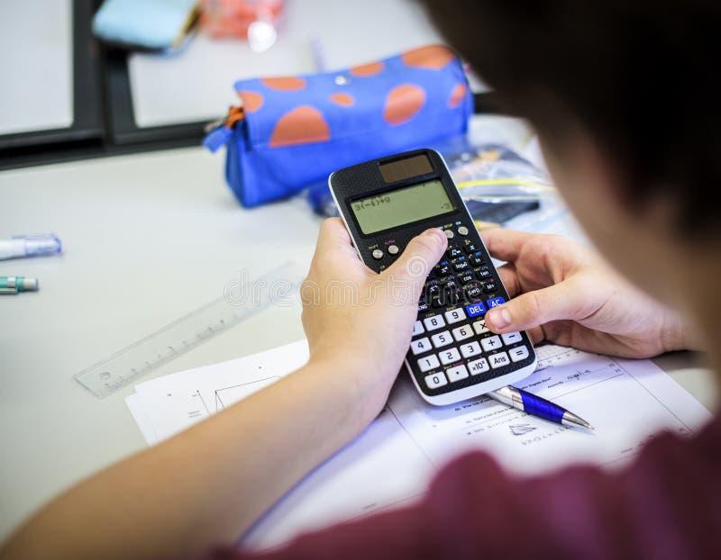 Jongen die wiskundige klassenschool leren stock afbeelding