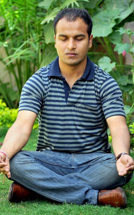 Jongen die yoga doet royalty-vrije stock foto's