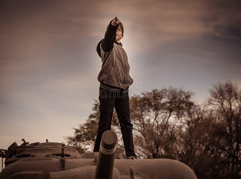 Jongen die zich bovenop Legertank bevinden royalty-vrije stock fotografie