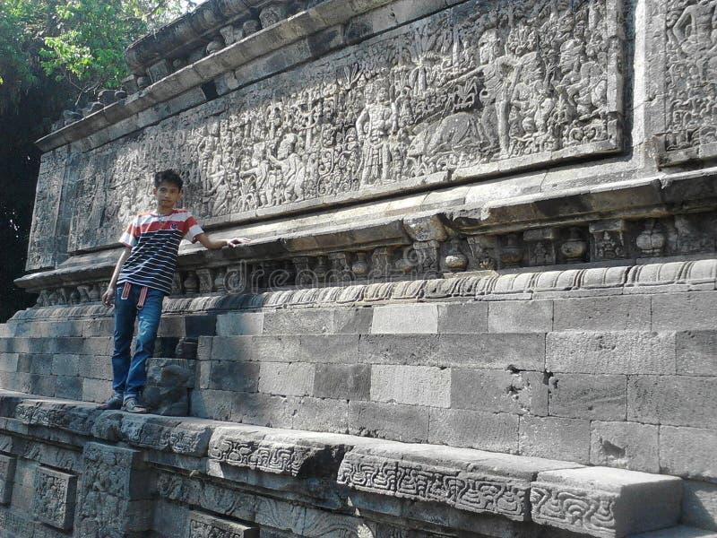 Jongen die zich door Surawana Temple bevinden royalty-vrije stock afbeelding