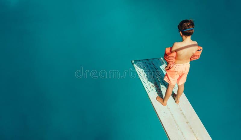 Jongen die zich op een duikplank bevinden royalty-vrije stock foto's